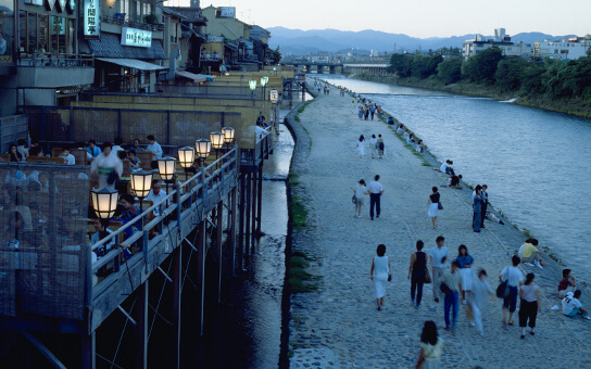 From early summer, you can enjoy outside dining along the Kamo River running through Kyoto City.
